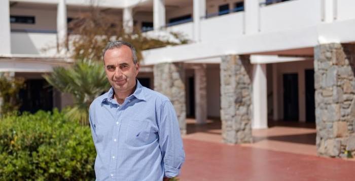 Ο διευθυντής του ΕΠΑΛ Μυκόνου ενημερώνει τους μαθητές για τα διαδικτυακά μαθήματα