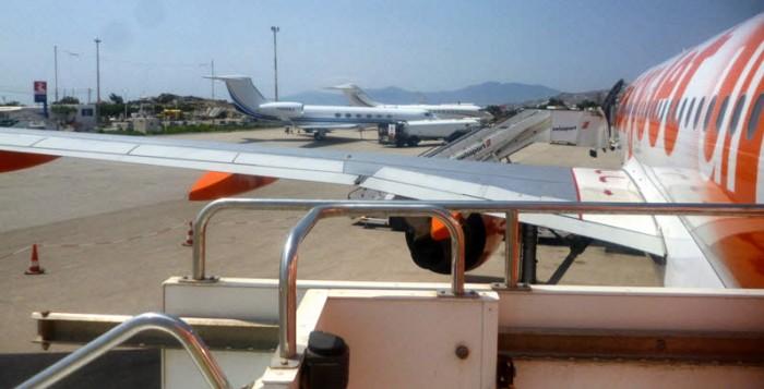 Στον εισαγγελέα οδηγήθηκαν οι 10 συλληφθέντες στο αεροδρόμιο Σαντορίνης
