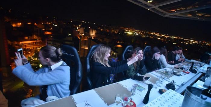 Δείπνο στα 50 μέτρα με θέα την Αθήνα για τους λάτρεις των extreme γαστριμαργικών απολαύσεων
