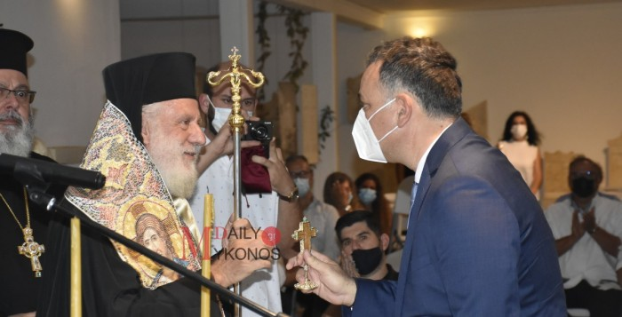 (vid) Ο Σεβασμιώτατος Δωρόθεος Β δώρισε το σταυρό του αγιασμού των εγκαινίων στο Γεν. Γραμματέα Πολιτισμού