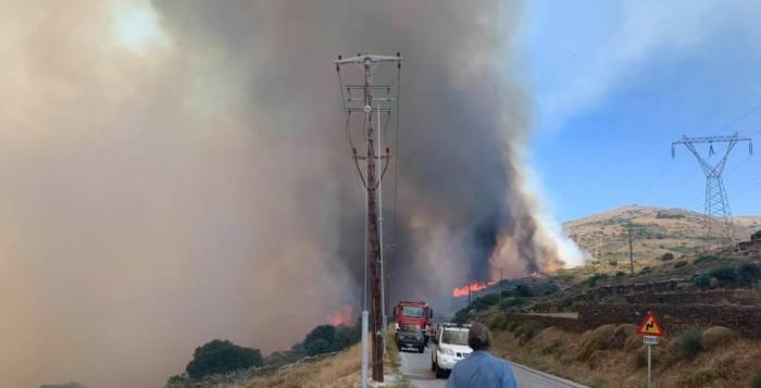 Μεγάλη πυρκαγιά στην Άνδρο – Εκκενώνονται οικισμοί (ΒΙΝΤΕΟ)