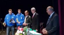 Αθλητές της ομάδας Φοίνικας Συρου κατά την απονομή