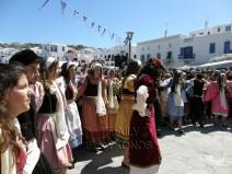 Φωτογραφίες από τους χορούς μαθητών και μαθητριών κάτω από το δημαρχείο