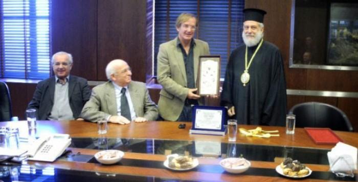 Οι εργαζόμενοι στο Νεώριο τίμησαν τον Μητροπολίτη Σύρου