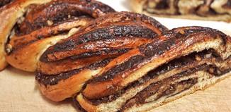 Γλυκό ψωμί γεμιστό µε σοκολάτα και αποξηραμένα βερίκοκα