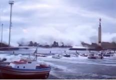 (VIDEO) Τεράστια κύματα σαρώνουν τις ακτές της Μεσσηνίας και της Σικελίας