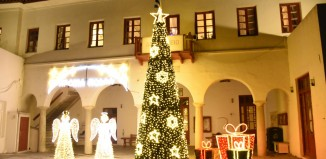 (vids&pics) Άναψε το Χριστουγεννιάτικο δέντρο στο Δημαρχείο Μυκόνου