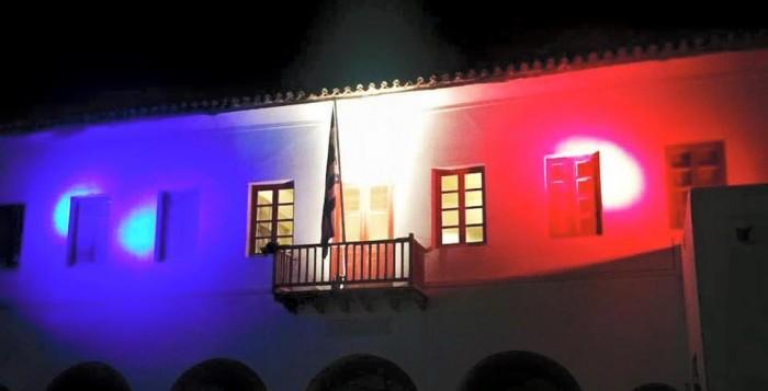Στα χρώματα της Γαλλίας το Δημαρχείο της Μυκόνου