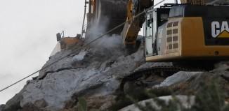 Τεράστια περιβαλλοντική καταστροφή στα Καστελλάκια, αιωνόβιοι γρανιτένιοι ογκόλιθοι καταρρέουν στη δίνη του σφυριού