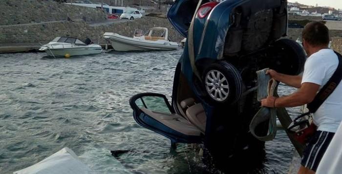Καλά στην υγεία τους οι επιβαίνοντες της jaguar που βούτηξε στο λιμάνι της Μυκόνου (ΦΩΤΟ)