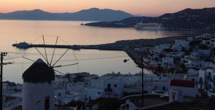 Πώς τα ακίνητα σε Μύκονο και Σαντορίνη ξεπέρασαν σε αποδόσεις το Saint-Tropez