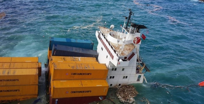 Φωτογράφιες από το μισοβυθισμένο τούρκικο φορτηγό πλοίο βόρεια της Μυκόνου