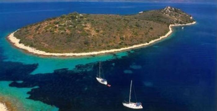 Ελληνικό νησί σκέφτονται να αγοράσουν Πιτ - Τζολί;