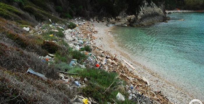 Σκουπίδια και πλαστικά «πνίγουν» την Ελλάδα