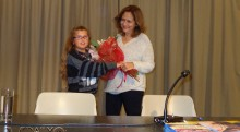 Μαθήτρια του Δημοτικού προσφέρει λουλούδια στην συ