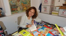 Υπογράφωντας τα βιβλία της στην Δημοτική Πινακοθήκ