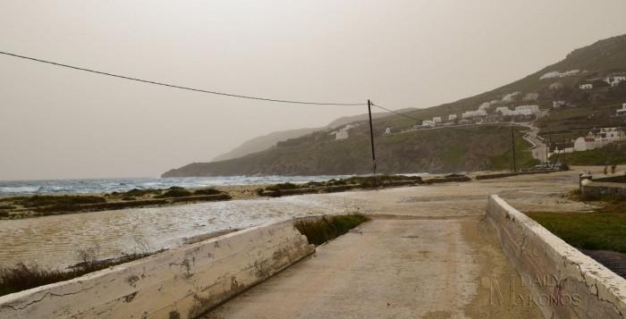 (φωτο) Μύκονος - κακοκαιρία: Στα δύο κομμένο το Καλό Λιβάδι, ο δρόμος μετατράπηκε σε λίμνη!
