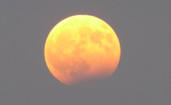 Πόσο σημαντικές είναι οι μέρες που ζούμε και διανύουμε; Τι φέρνει η αποψινή μερική σεληνιακή έκλειψη στο ολόγιωμο Αυγουστιάτικο φεγγάρι...