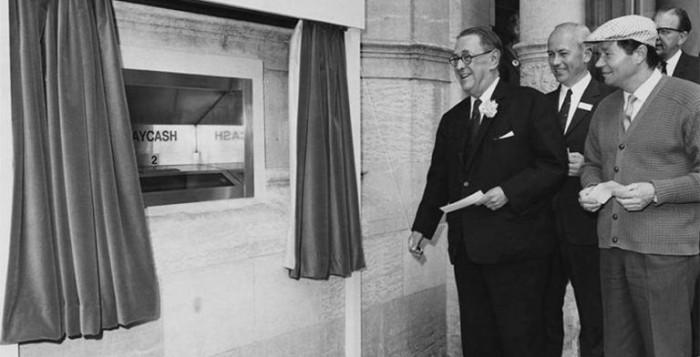 Ο άνθρωπος που δημιούργησε τα ATM και η συνεισφορά της συζύγου του στον τετραψήφιο κωδικό