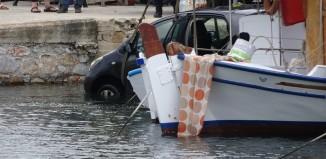 (vid) Αυτοκίνητο έπεσε στη θάλασσα στη Σύρο