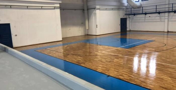 Τοποθετήθηκε το παρκέ στο κλειστό γυμναστήριο του Μυκόνου