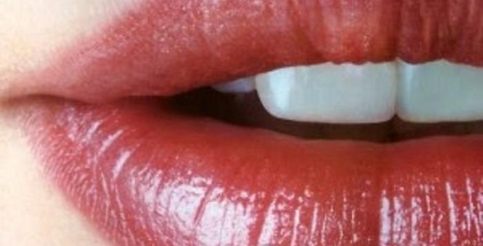 Λάδι και σοκολάτα για να ενυδατώσετε τα χείλη σας!