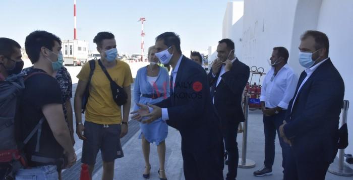 (vid&pics) Ο Υπ. Τουρισμού υποδέχθηκε τους πρώτους τουρίστες στο αεροδρόμιο Μυκόνου