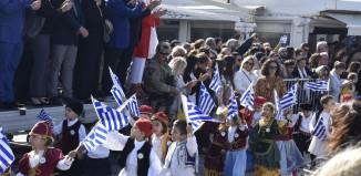 (vid) Πλήθος κόσμου στην 28η Οκτωβρίου στη Μύκονο