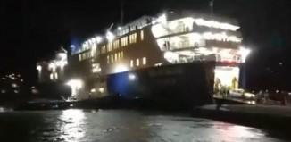 Άνδρος: Πλοίο δεν μπορεί να δέσει από τα μποφόρ και το σπρώχνει ρυμουλκό! (video)