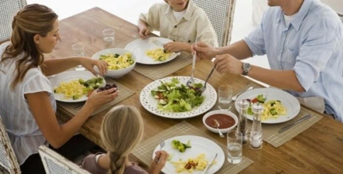 Τα οικογενειακά γεύματα ασπίδα κατά της παιδικής παχυσαρκίας