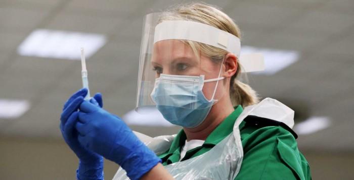 Βρετανία: Την Τρίτη ξεκινούν οι εμβολιασμοί για τον κορονοϊό – Απόρρητο σχέδιο για τη μεταφορά των σκευασμάτων