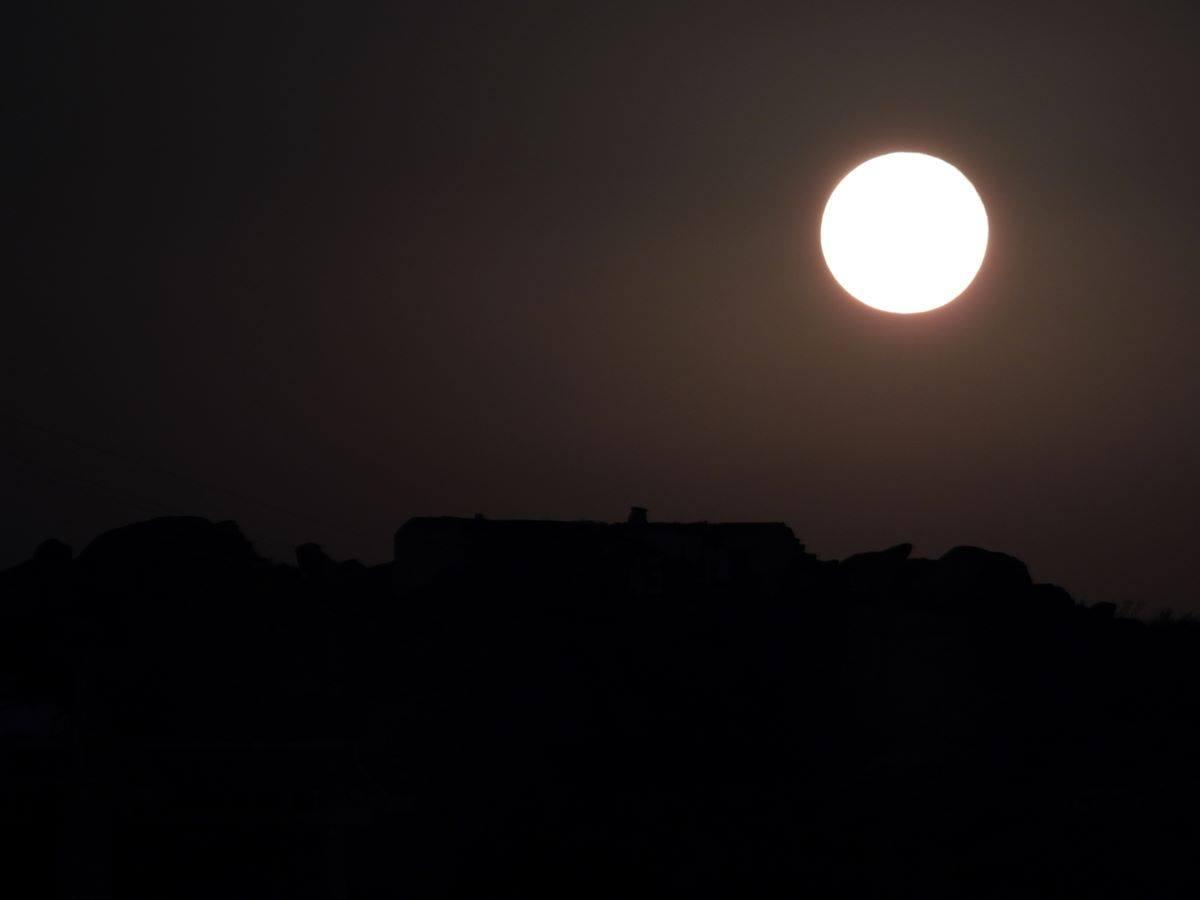 Μύκονος: Η εντυπωσιακή πανσέληνος του Σεπτεμβρίου ανατέλλει πάνω από τους λόφους της Ληνώ