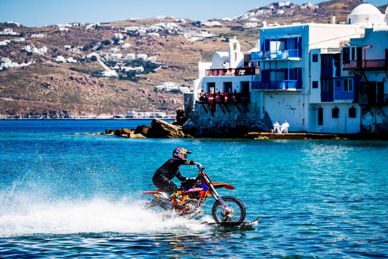 O Robbie Maddison οδηγεί τη μοτοσυκλέτα του μέσα στη θάλασσα της Μυκόνου!