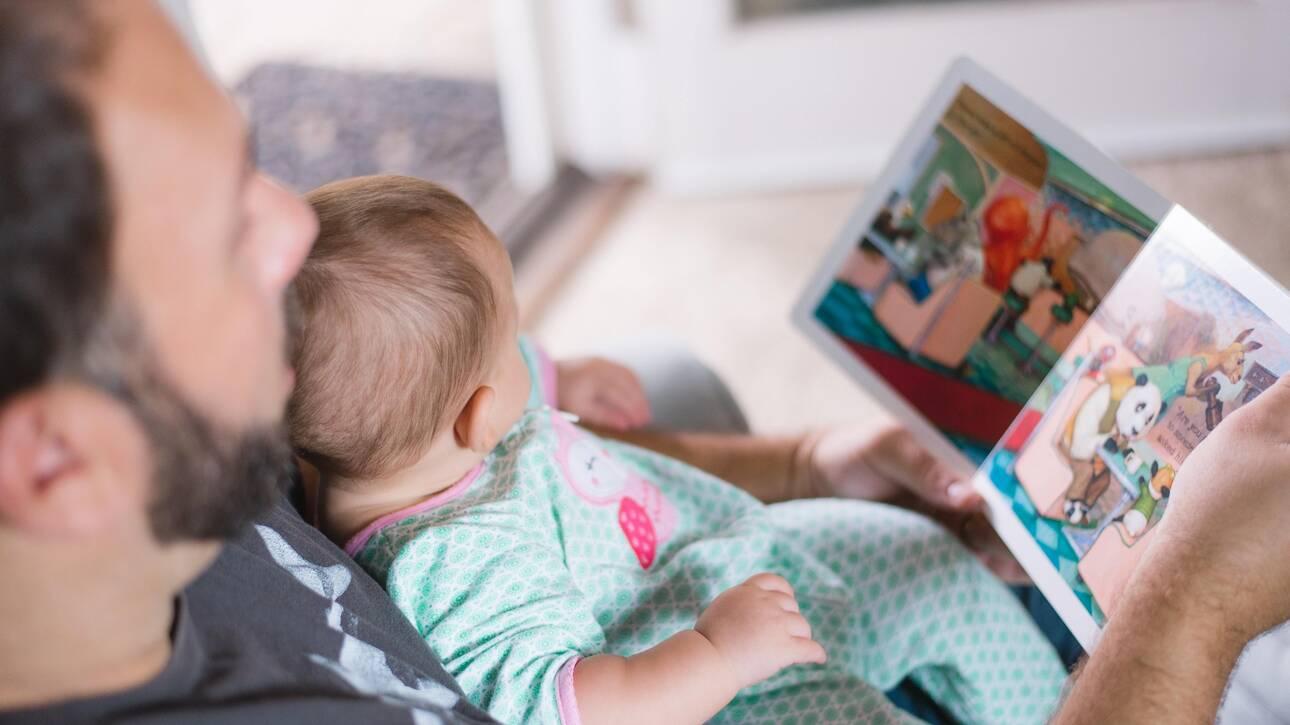Άδεια πατρότητας για δύο μήνες εξετάζει το υπουργείο Εργασίας