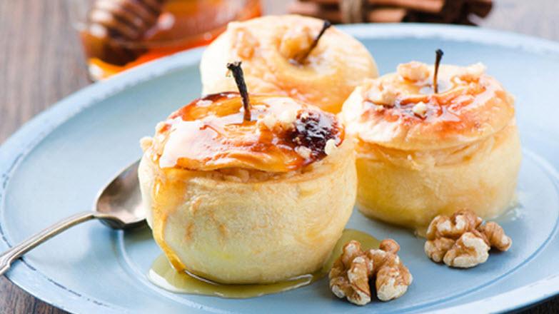 Μήλα έχετε... Κανέλα; Τότε ήρθε η ώρα για ένα απλό και υπέροχο γλύκισμα: Μήλα με κανέλα στο φούρνο!