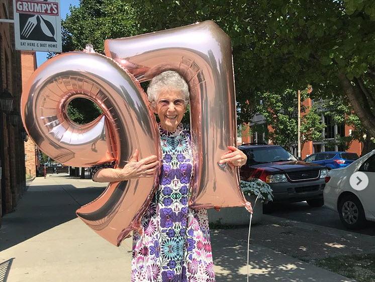 Σούπερ γιαγιά! Στα 96 της έγινε vegan και κάνει γιόγκα μαζί με την εγγονή της!