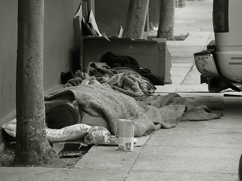 Το 1/3 του πληθυσμού σε διπλή παγίδα φτώχειας και χρέους