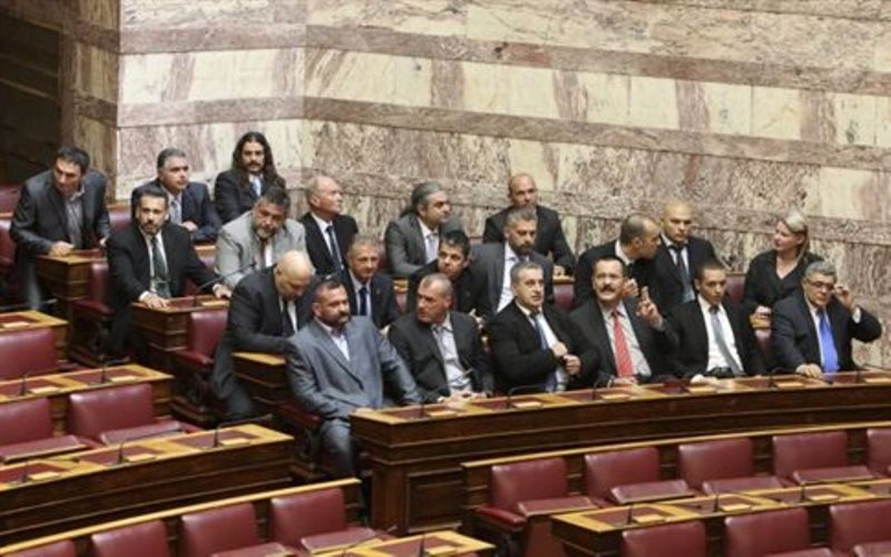 Ύβρεις από τους βουλευτές της Χρυσής Αυγής μετά το τέλος της ψηφοφορίας