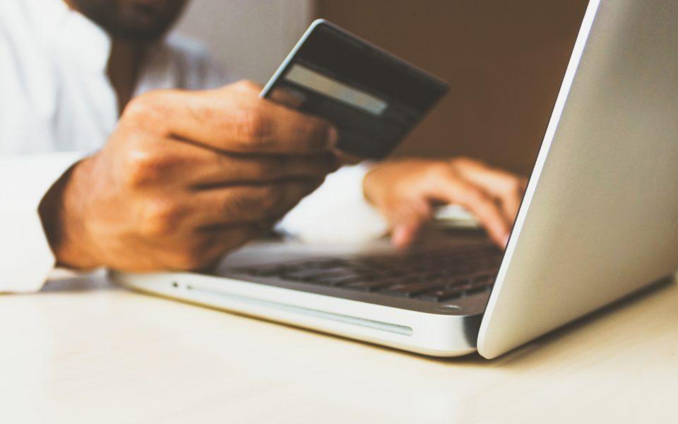 Έως και 5.000 ευρώ σε μικρές επιχειρήσεις για τη δημιουργία e-shop
