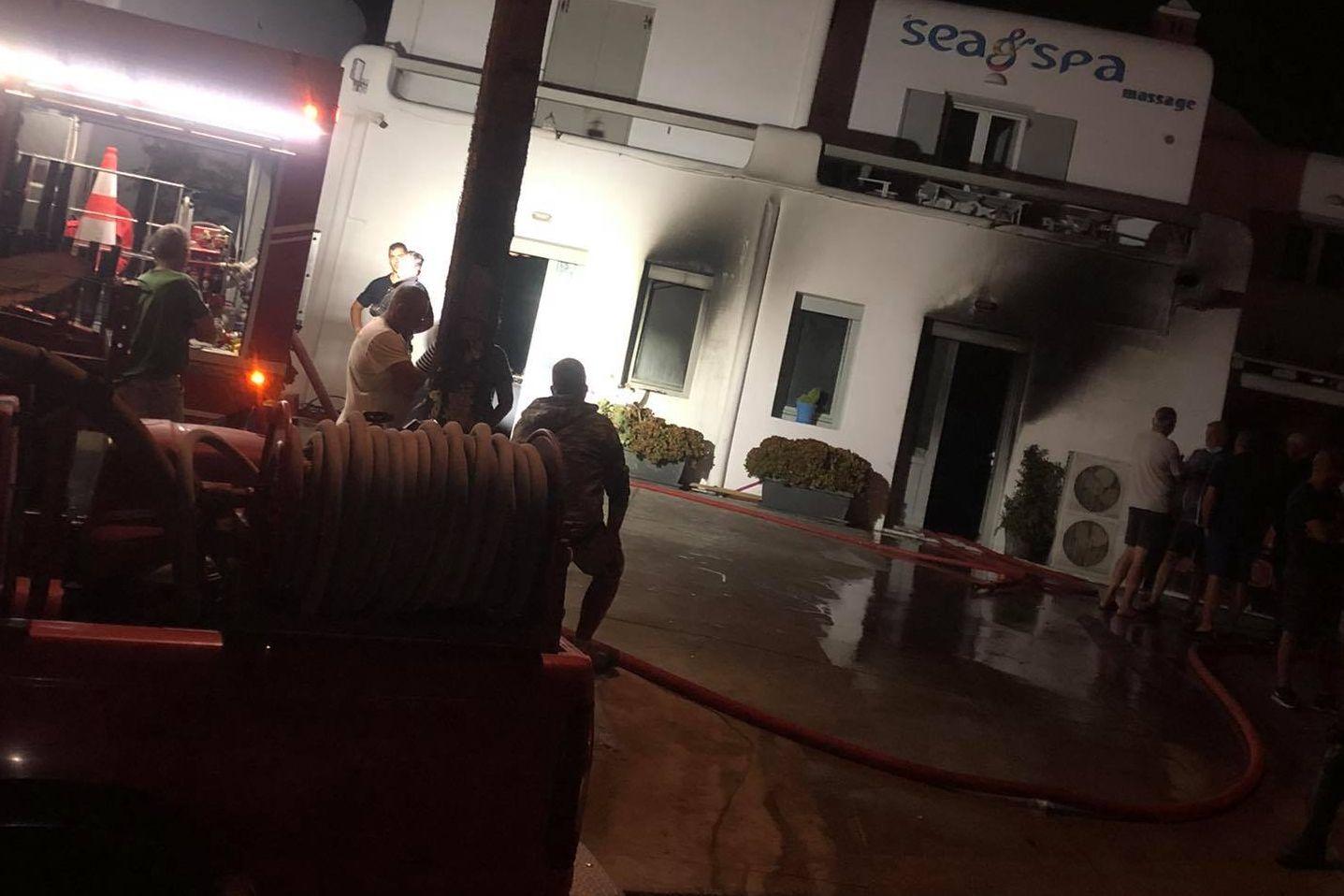 (pics) Υπό έλεγχο η πυρκαγιά - Καταστράφηκε ολοσχερώς το κατάστημα στον Ορνό