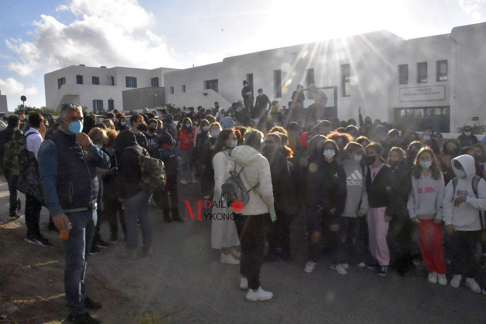 Διαμαρτυρία στο Γυμνάσιο της Άνω Μεράς  για τις συγχωνεύσεις των τμημάτων