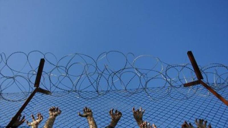 Ανοίγουν οι πόρτες στα κέντρα κράτησης μεταναστών