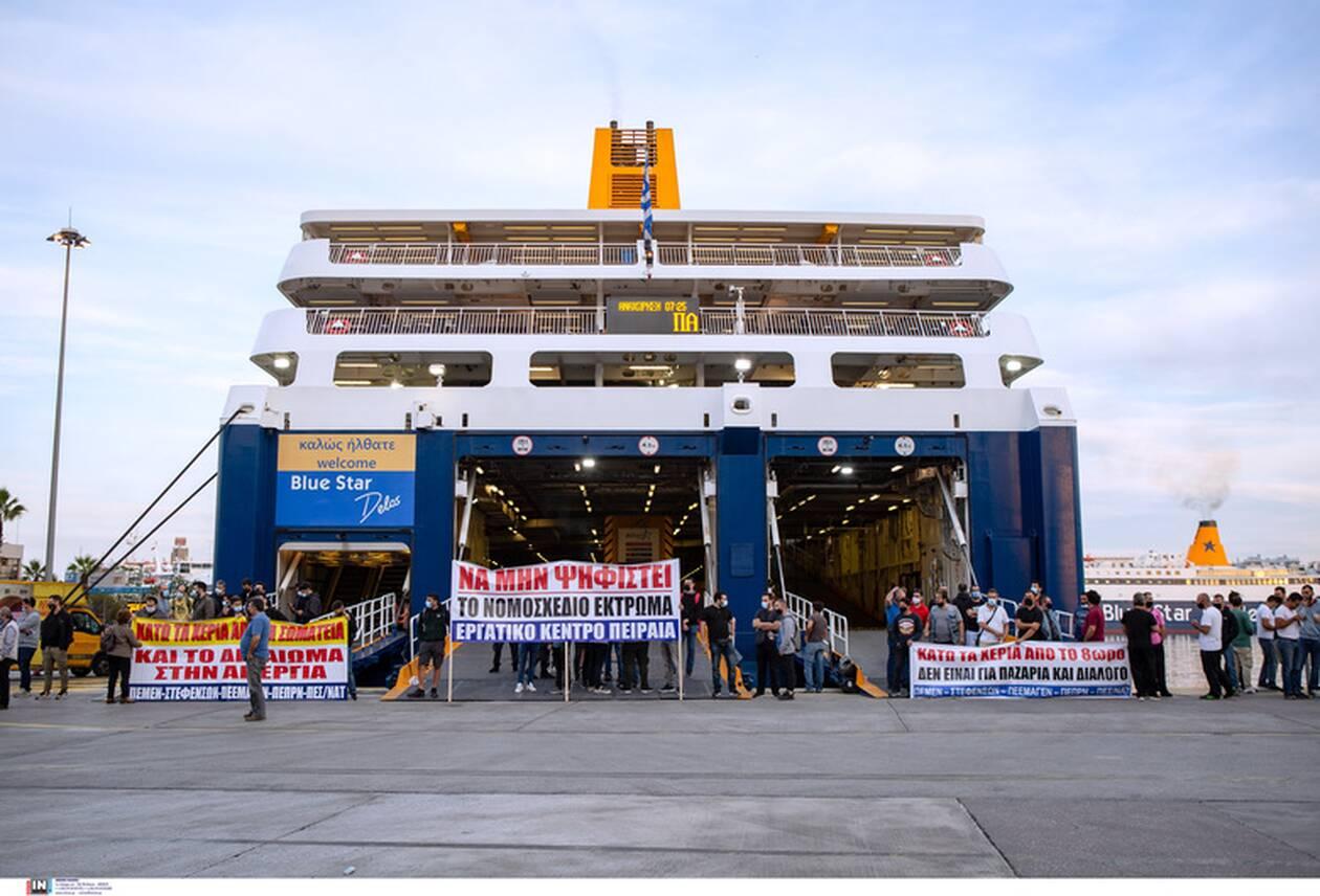 Χαμός στον Πειραιά: Με τις βαλίτσες στο χέρι οι επιβάτες - Απεργούν οι ναυτεργάτες