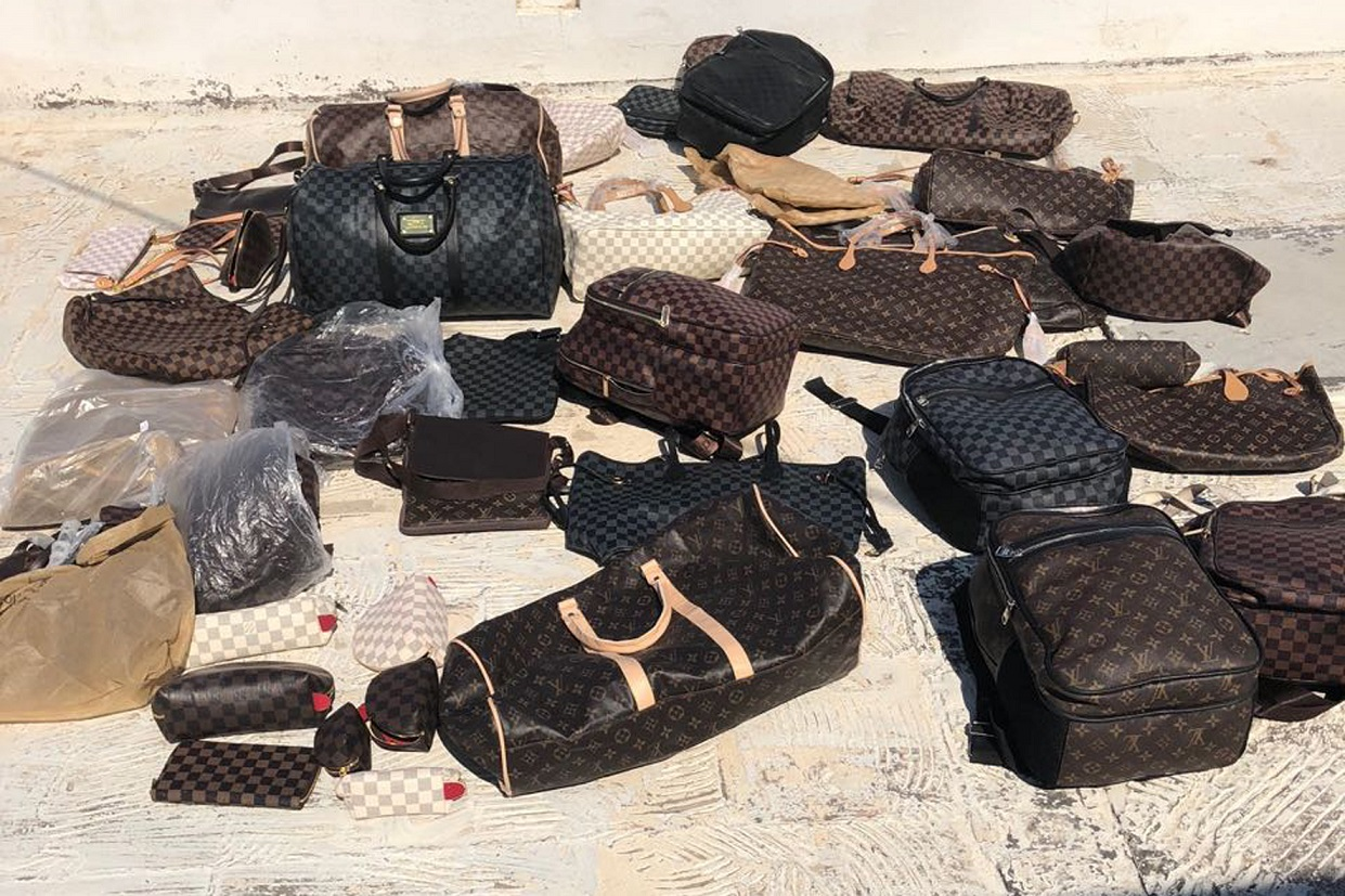 Συλλήψεις και κατασχέσεις πλήθους προϊόντων παρεμπορίου σε παραλία της Μυκόνου