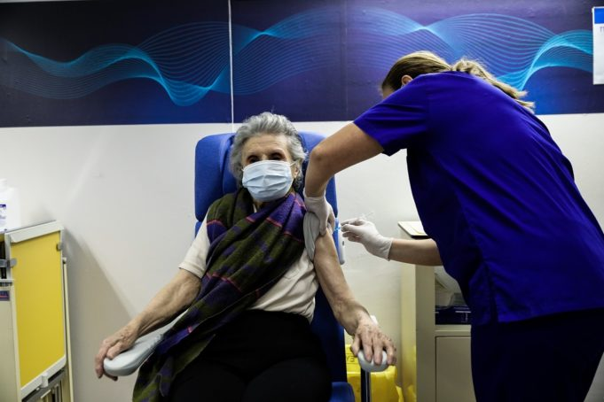 Σύντομα ο εμβολιασμός που προχωρά ικανοποιητικά θα συνοδεύεται από ψηφιακό πιστοποιητικό