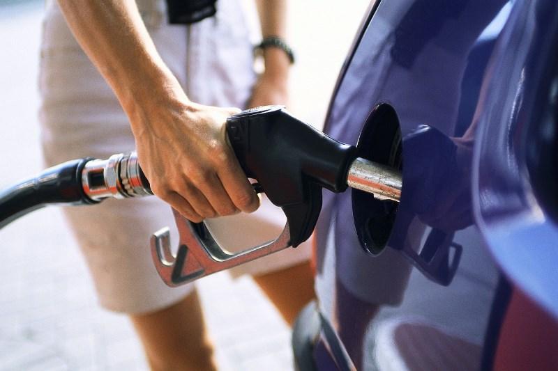 Tραβάει την ανηφόρα η τιμή της βενζίνης