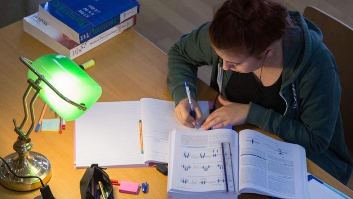 Το υπ. Παιδείας απαντά σε πέντε συχνές ερωτήσεις για τη διανομή συγγραμμάτων και την εξεταστική