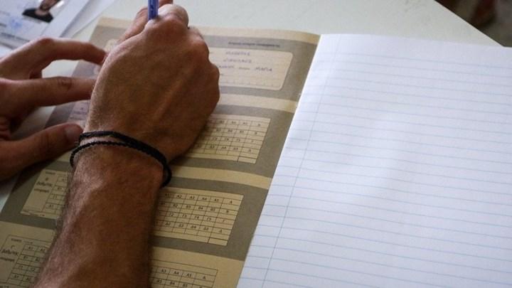 Πανελλήνιες: Επανεξετάζεται η βάση εισαγωγής του 10