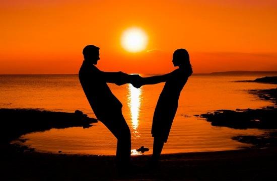 Έρευνα: Ποιοί τουρίστες ερωτεύονται πιο εύκολα στις διακοπές