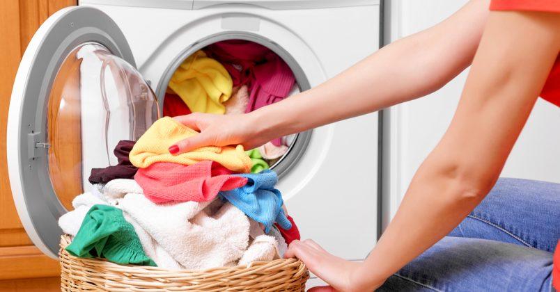 Κορονοϊός: Πώς απολυμαίνουμε και καθαρίζουμε ρούχα, πετσέτες σεντόνια και ό,τι μπαίνει στο πλυντήριο